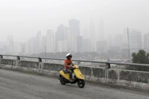 V hlavním městě Kuala Lumpur byly uzavřeny školy , uprostřed stále horšího oparu způsobeného požáry sousední Indonésie