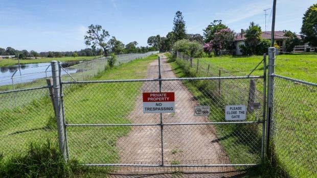 Bezpečnostní brána zařízení Národní rady pro zdraví a medicínský výzkum ve Wallacii v západním Sydney.